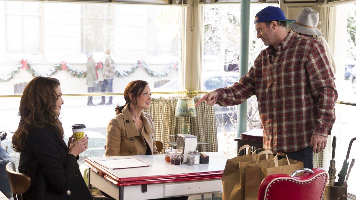 Lukes er igjen åpen, og Lorelai (Lauren Graham) og Rory (Alexis Bledel) foretrekker fremdeles kaffe. (Foto: Netflix)
