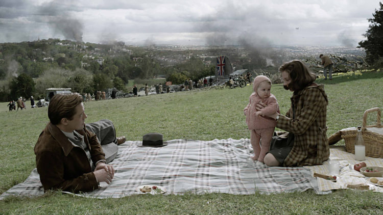 Max (Brad Pitt) og Marianne (Marion Cotillard) stifter familie i et krigsherjet London i filmen Allierte. (Foto: United International Pictures)