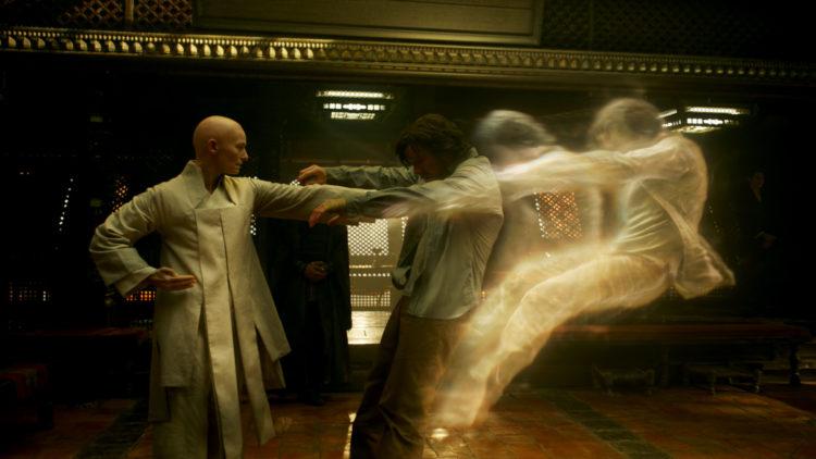 Den gamle (Tilda Swinton) gir Doctor Strange (Benedict Cumberbatch) en aldri så liten dytt. (Foto: ©2016 Marvel. All Rights Reserved)