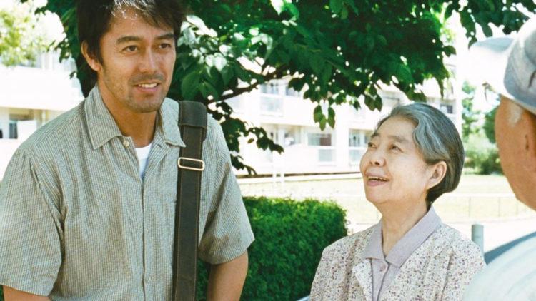 Ryota (Hiroshi Abe) besøker moren Yoshiko (Kirin Kiki) i Etter stormen (Foto: Another World Entertainment Norway AS)