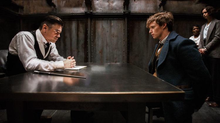 Dyster (Colin Farrell) avhører Salamander (Eddie Redmayne) i Fabeldyr og hvor de er å finne. (Foto: SF Studios)