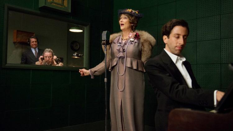 Florence Foster Jenkins (Meryl Streep) i platestudio med sin akkompagnatør, Cosmé McMoon (Simon Helberg), og St Clair Bayfield (Hugh Grant) og en tekniker (Lloyd Hutchinson) i kontrollrommet. (Foto: SF Studios)