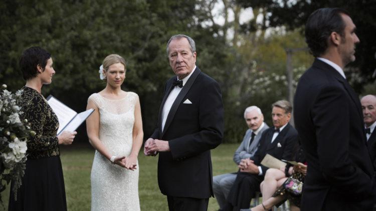 Henry (Geoffrey Rush) trenger gifteringer fra sønnen Christian (Paul Schneider) i Vildanden. (Another World Entertainment Norway AS)
