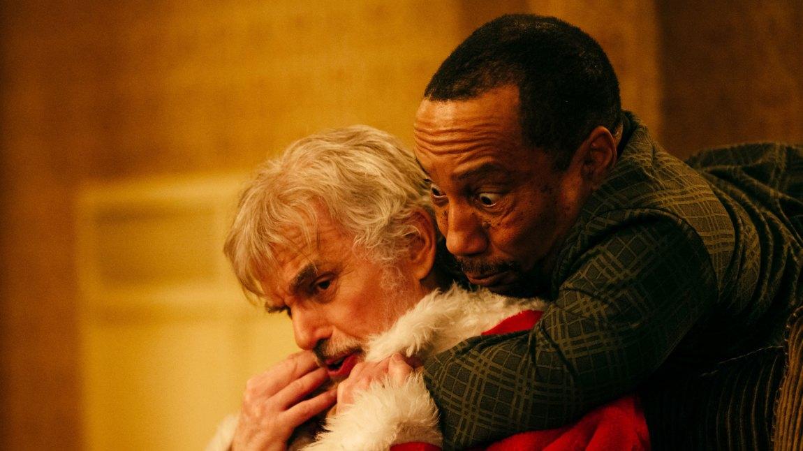 Obligatorisk slagsmål nummer to. Willie (Billy Bob Thornton) og partneren Marcus (Tony Cox) i et forglemmelig basketak.(Foto: Norsk Filmdistribusjon)