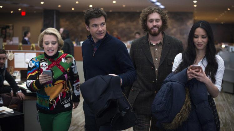 Kate McKinnon, Jason Bateman, T.J. Miller og Olivia Munn i Office Christmas Party. (Foto: Nordisk Film Distribusjon AS)