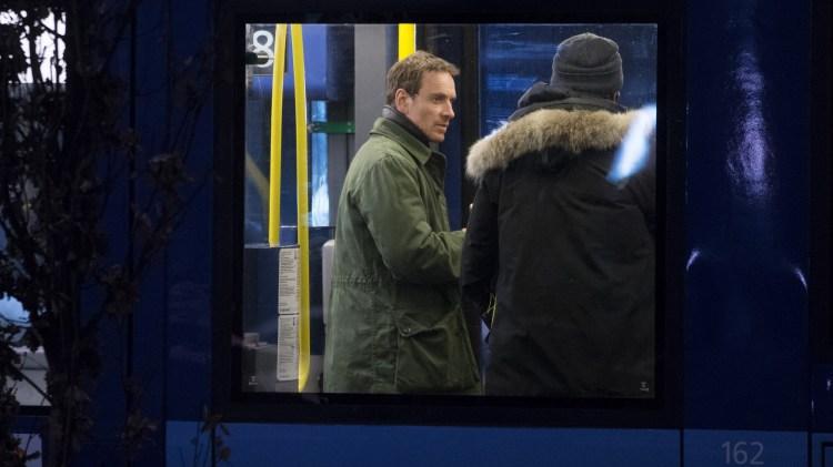 Skuespiller Michael Fassbender som spiller Harry Hole under innspillingen av filmen Snømannen på en trikk i Bjørvika i Oslo. (Foto: Håkon Mosvold Larsen / NTB scanpix)