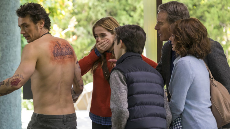 Laird (James Franco) overrasker med en spesiell tatovering i Why Him? (Foto: 20th Century Fox)