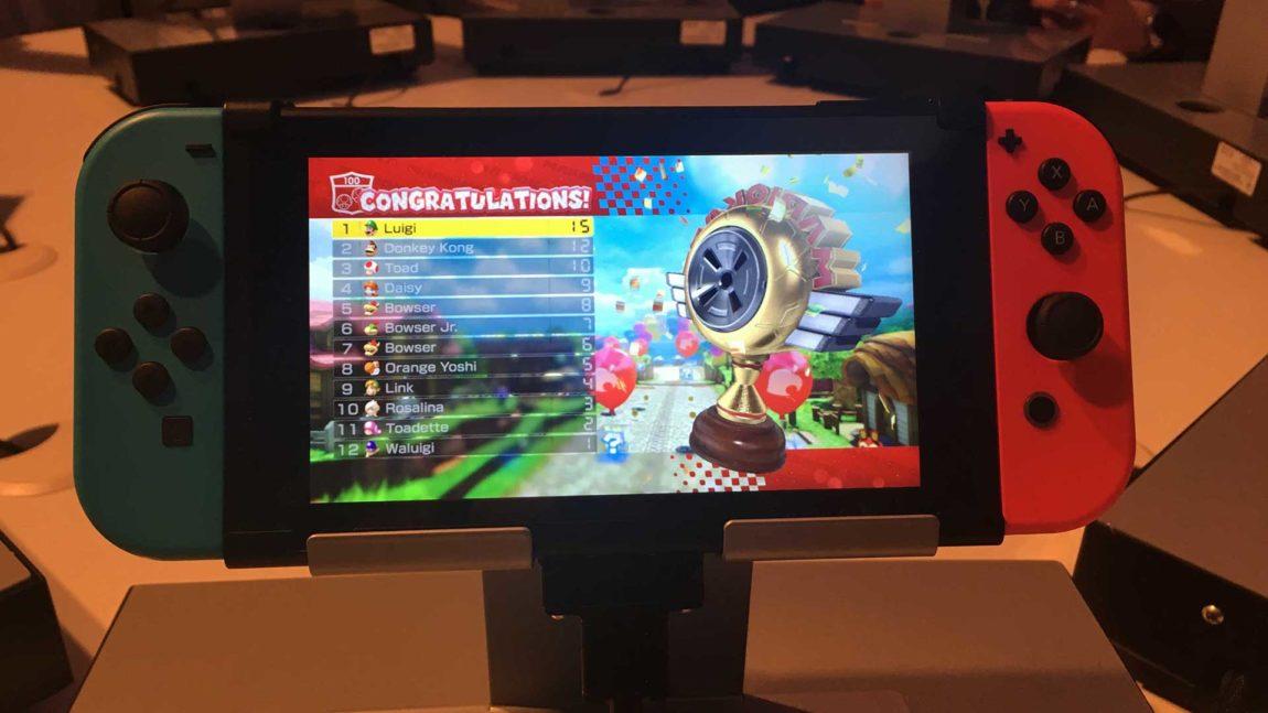 Du kan feste Joy-Con-kontrollerne på hver side av skjermen, slik at Switch blir en håndholdt konsoll du kan ta med deg. (Foto: NRK P3).