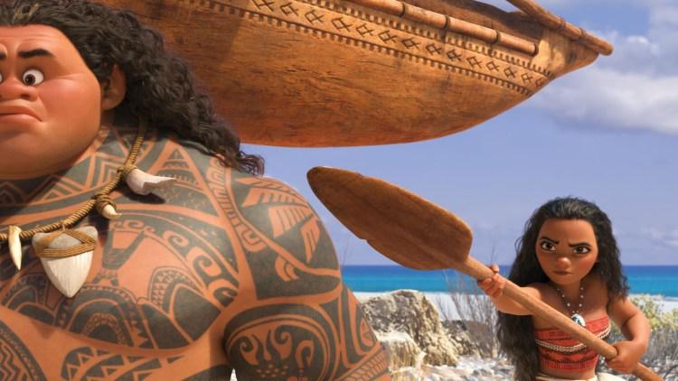 """Vaiana tvinger halvguden Maui til å hjelpe henne i filmen """"Vaiana"""". (Foto: The Walt Disney Company Nordic)"""