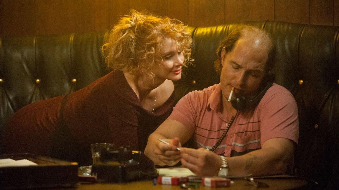 Matthew McConaughey går inn i rollen som gulljageren Kenny Wells med hud og hår. Her flankert av sin kjære Kay (Bryce Dallas Howard). (Foto: Norsk Filmdistribusjon)