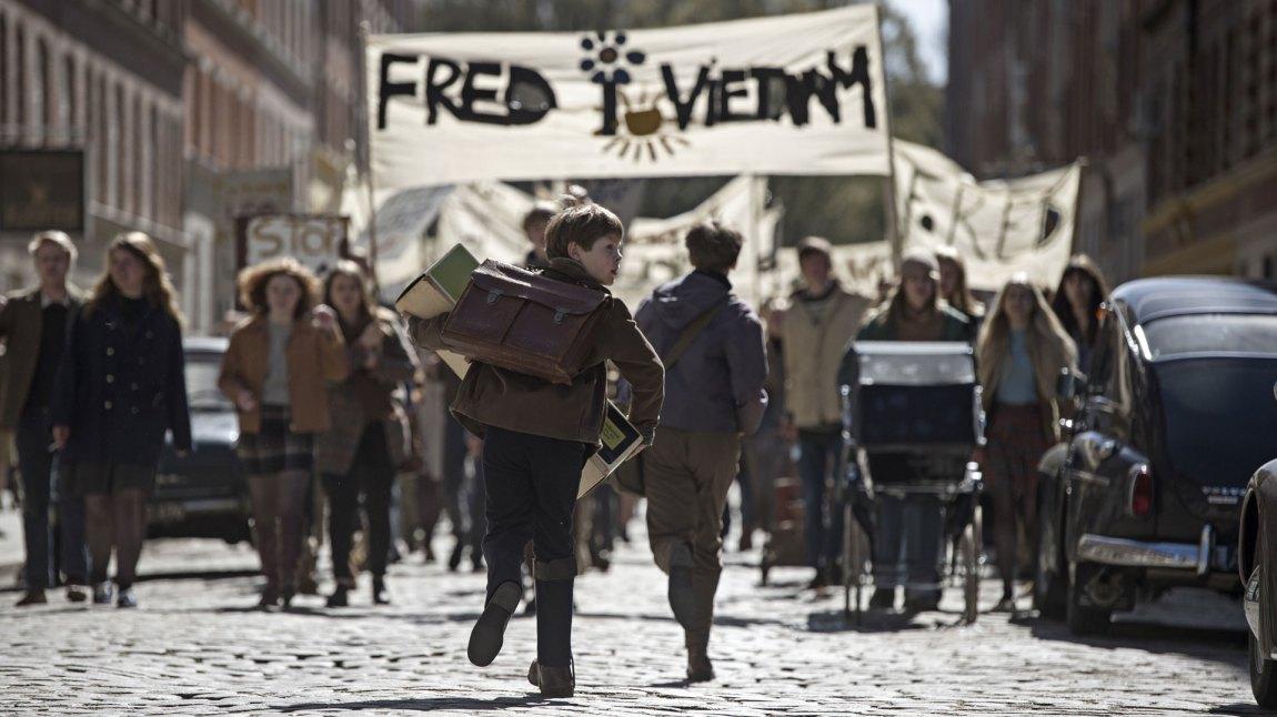 Ytterpunktene er i fokus i et dansk 60-tall der byen er full av frihet og barnehjemmet kun er straff og elendighet.  (Foto: Storytelling Media)