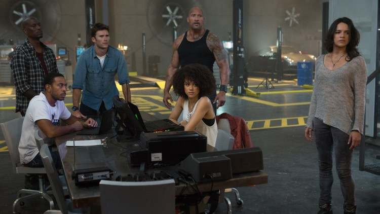 "Fra venstre: Tyrese Gibson, Ludacris, Scott Eastwood, Nathalie Emmanuel, Dwayne Johnson og Michelle Rodriguez i ""Fast and Furious 8"". (Foto: United International Pictures)"