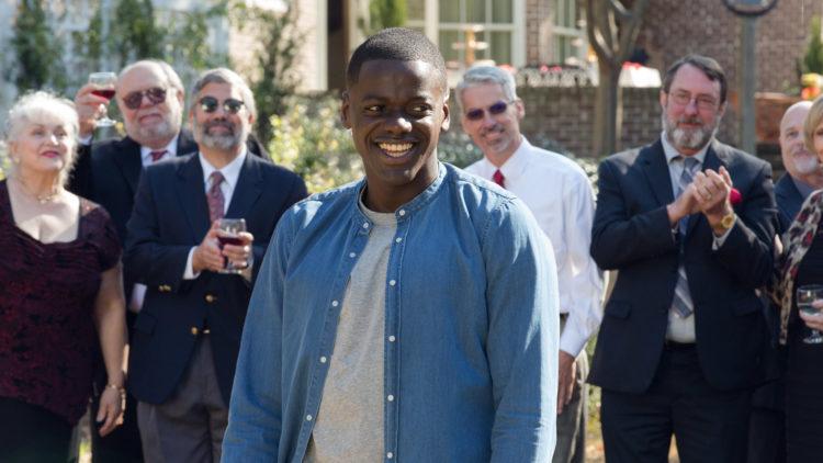 """Chris (Daniel Kaluuya) er omringet av hvite mennesker i """"Get Out"""". (Foto: United International Pictures)"""