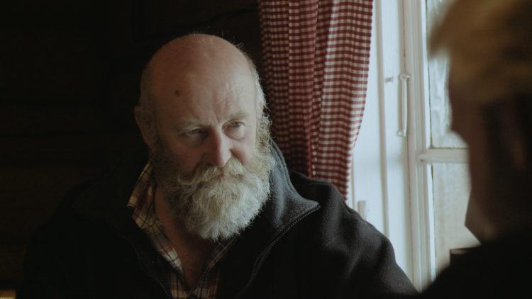 """Onkel Bjarne (Bjarne Syversen) er skeptisk til skogdriften til Anders (Anders Baasmo Christiansen) i """"Hoggeren"""". (Foto: Mer film)"""