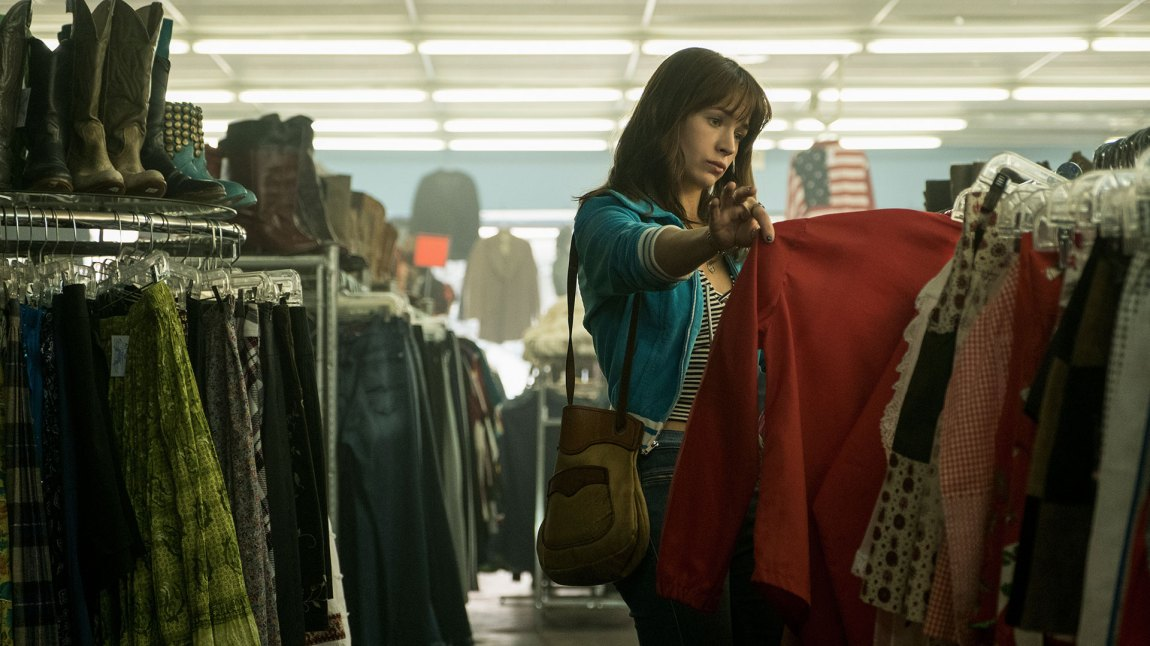 Sophia kjøper billige bruktklær, og selger dem med stor fortjeneste. (Foto: Netflix)