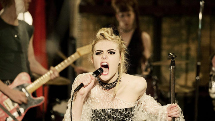 "Elle Fanning får prøve seg som punkartist i ""How To Talk To Girls At Parties"". (Foto: Festival de Cannes)"