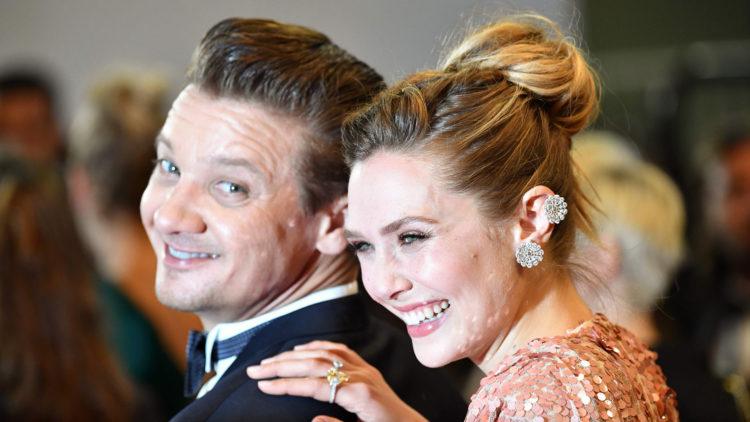 """Jeremy Renner og Elizabeth Olsen poserer for fotografene før visningen av filmen """"Wind River"""" på filmfestivalen i Cannes. (Foto: AFP PHOTO / Alberto PIZZOLI)"""
