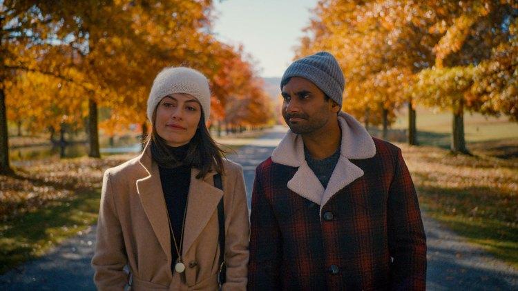 Francesca (Alessandra Mastronardi) er på besøk fra Italia, og fører Dev inn i en bittersøt avstandsforelskelse.  (Foto: Netflix)