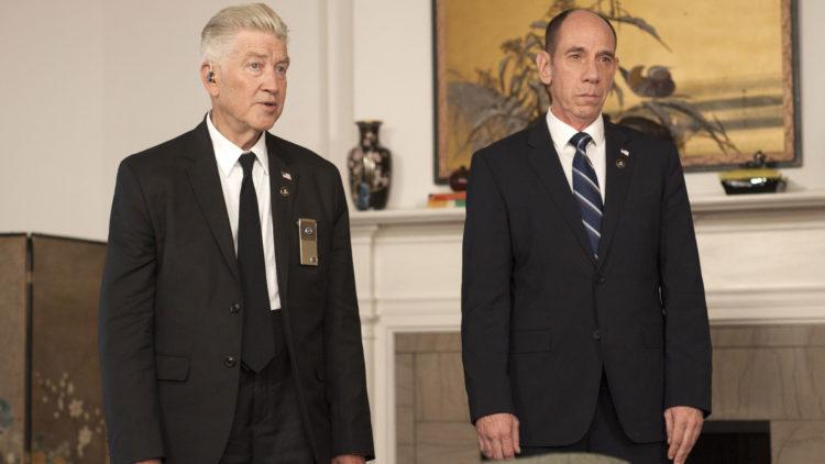 Nostalgien ligger tykt over Twin Peaks. Her er serieskaper David Lynch i rollen som FBIs Gordon Cole, flankert av kollega Albert Rosenfield, spilt av nå avdøde Miguel Ferrer.  (Foto: HBO Nordic, Showtime)