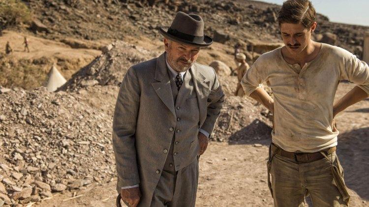 Lord Carnarvon (Sam Neill) og arkeolog Howard Carter (Max Irons) på utgraving i Kongens Dal. (Foto: NRK, ITV)