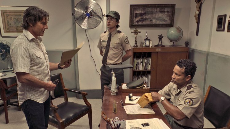 Barry Seal (Tom Cruise) kruser innom kontoret til Manuel Noriega for å personlig ta seg av bestikkelsen.  (Foto: United International Pictures)