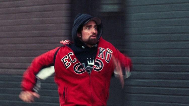 """Robert Pattinson gjør sin karrieres beste rolle i Safdie-brødrenes gode thriller """"Good Time"""". (Foto: Europafilm)"""
