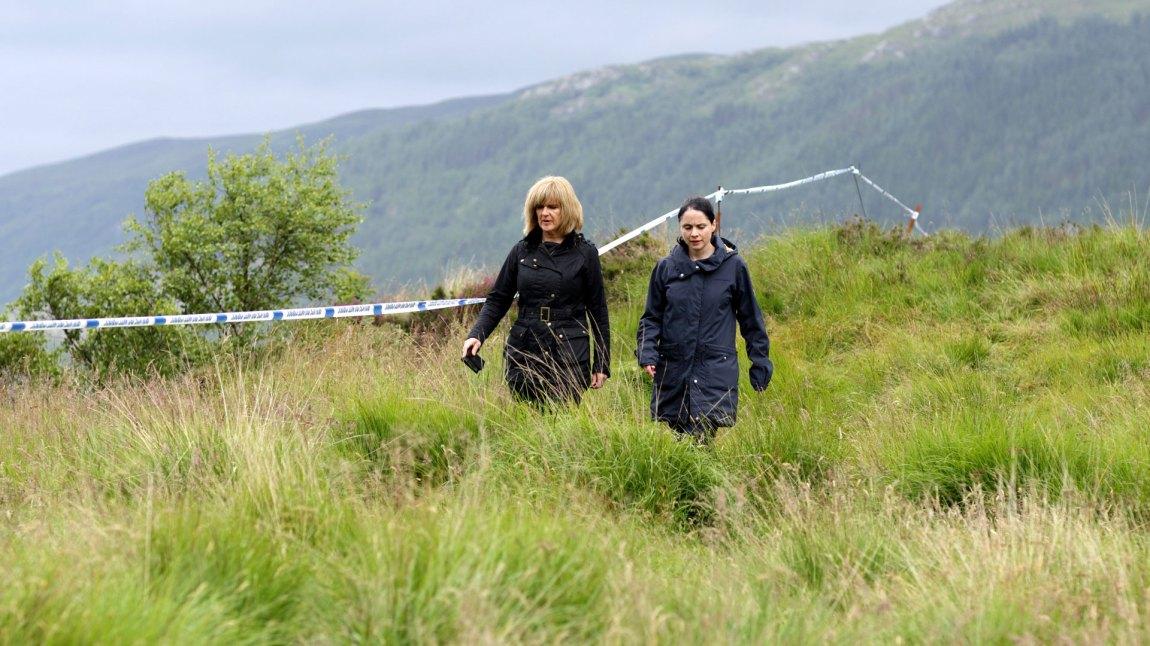 Glasgow-etterforskeren Lauren Quigley (Siobhan Finneran) og den lokale etterforskeren Annie Redford (Laura Fraser) må samarbeide i et vepsebol av arrogante politimenn i Loch Ness.  (Foto: TV2)