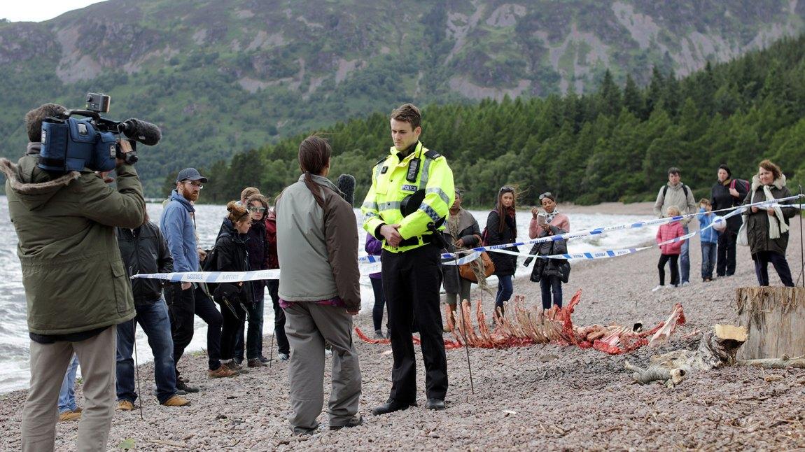 Et tilsynelatende uskyldig vits om en død sjøorm viser seg å skjule bevis for at en seriemorder herjer på den skotske landsbygda. (Foto: TV2)