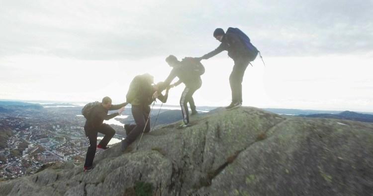 """Dennis, Ruben og Sondre hjelper Preben med å bestige Ulriken i Bergen i """"Prebz og Dennis: The Movie"""" (Foto: North Sea Productions AS)"""