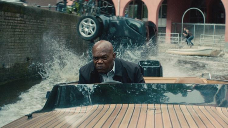 """Kincaid (Samuel L. Jackson) kjører speedbåt i Amsterdam i """"The Hitman's Bodyguard"""". (Foto: United International Pictures)"""