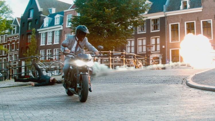 "Michael Bryce (Ryan Reynolds) kjører motorsykkel i trange gater i ""The Hitman's Bodyguard"". (Foto: United International Pictures)"
