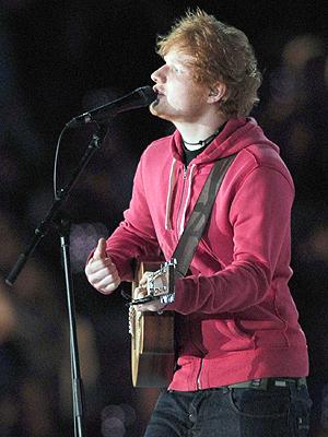 Ed Sheeran var en av artistene vi fikk se opptre på den olympiske scenen søndag. Foto: NTB Scanpix / Carl Court, AFP Photo.