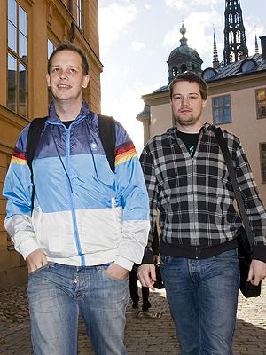 To av gründerne bak The Pirate Bay, Fredrik Neij (til høyre) and Peter Sunde synes neppe det er noe problem at Google gjør treff etter innhold de også kan finne på deres nettsted mindre synlig hos seg. Foto: NTB Scanpix / Jonathan Nackstrand, AFP Photo.