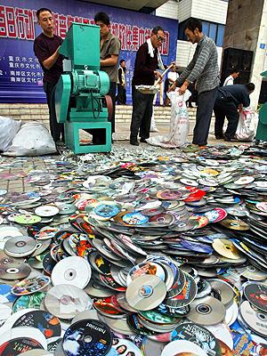 kina har tidligere slått hardt ned på piratkopiering. Her under en aksjon i 2006 der de destruerte over 20.000 cd-plater. Foto: NTB Scanpix / AP Photo.