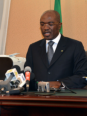 kommunikasjonsminister i Gabon, Blaise Louembe, holdt en pressekonferanse for å fortelle at han ikke vil ha Kim Dotcoms nye fildelingsnettsted på landets domene. Foto: NTB Scanpix / Celia Lebur, AFP Photo.