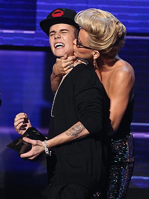 Det er ikke godt å si om Justin Bieber satte pris på å bli kyssa av prisutdeler Jenny McCarthy. Foto: NTB Scanpix / Matt Sayles, AP Photo.