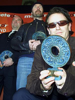 Paul McGuinness sammen med The Edge og Bono uner en prisutdeling i 2002. Foto: NTB Scanpix / Paul McErlane, Reuters.