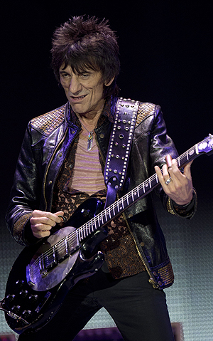 Rolling Stones-gitarist Ronnie Wood sier han har lyst til å spille flere konserter. Foto: NTB Scanpix / Ben Stanshall, AFP.