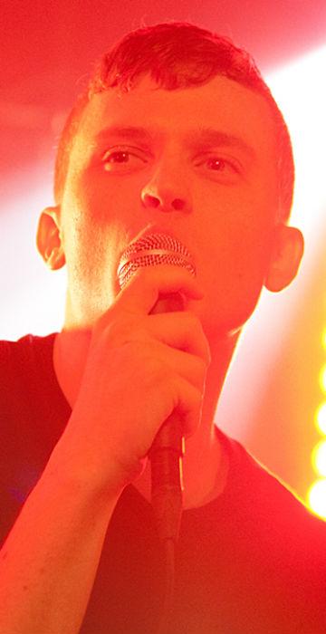 Tôg-vokalist Lars Christian Olsen på Urørtscenen under by:Larm 2011. (Foto: Kim Erlandsen, NRK P3)