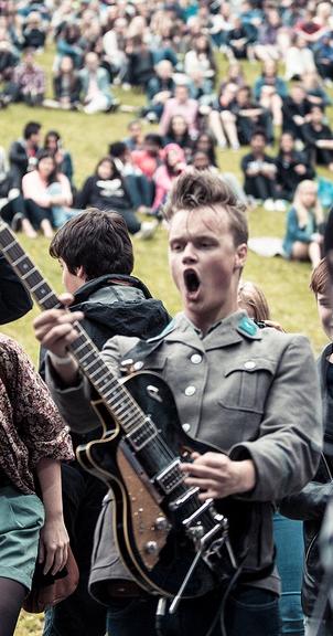 Honningbrana-gitarist Christoffer Trædal under Youngwood 2013. (Foto: Rashid Akrim, NRK P3)