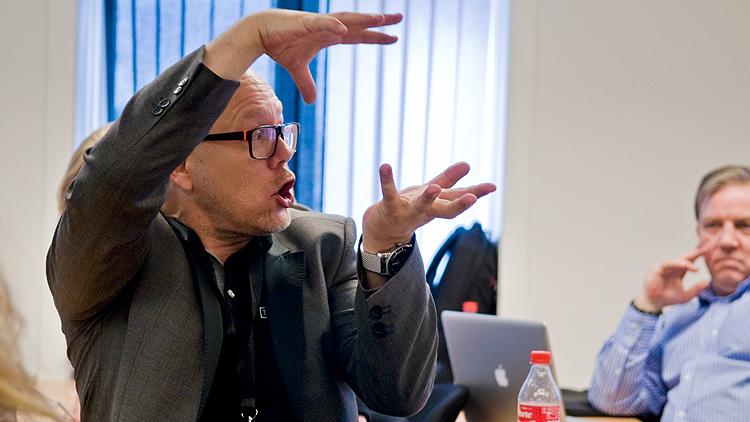 En ivrig Lidell forklarer deltagerne hva slags låter han er ute etter. Foto: Eirik Indergaard.