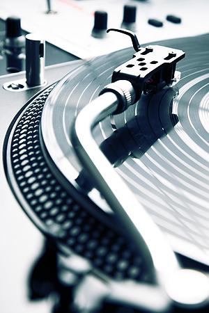 Interessen for musikk på vinylplater har de siste årene tatt seg opp igjen, også blant unge musikkelskere. Illustrasjonsfoto: Colourbox.com.