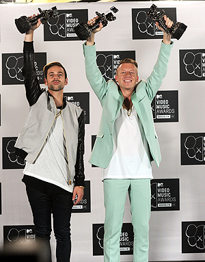 Ryan Lewis og Macklemore med prisene fra årets MTV Video Music Awards. Foto: NTB Scanpix /  Jamie McCarthy, AFP.