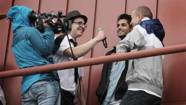 Reporter Ludvig Løkholm Lewin intervjuer gutta under P3sessions i Spjelkavik (Foto: Kim Erlandsen, NRK P3)