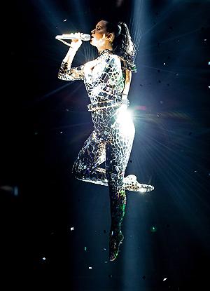 Katy Perry svevende over scenen på MTV EMA. Foto: NTB Scanpix / Sven Hoogerhuis, AFP Photo.