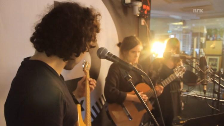 Kaja Gunnufsen med band hos Christine. Foto: NRK/Skjermdump