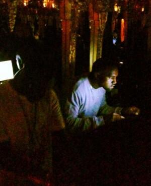 En Instagram-bruker snek seg til et bilde av Kanye West under privatfesten. (Foto: Instagram / brandonsales)