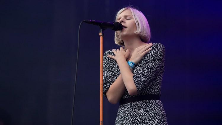 Aurora Aksnes under årets Øyafestival. Foto: Kim Erlandsen, NRK P3