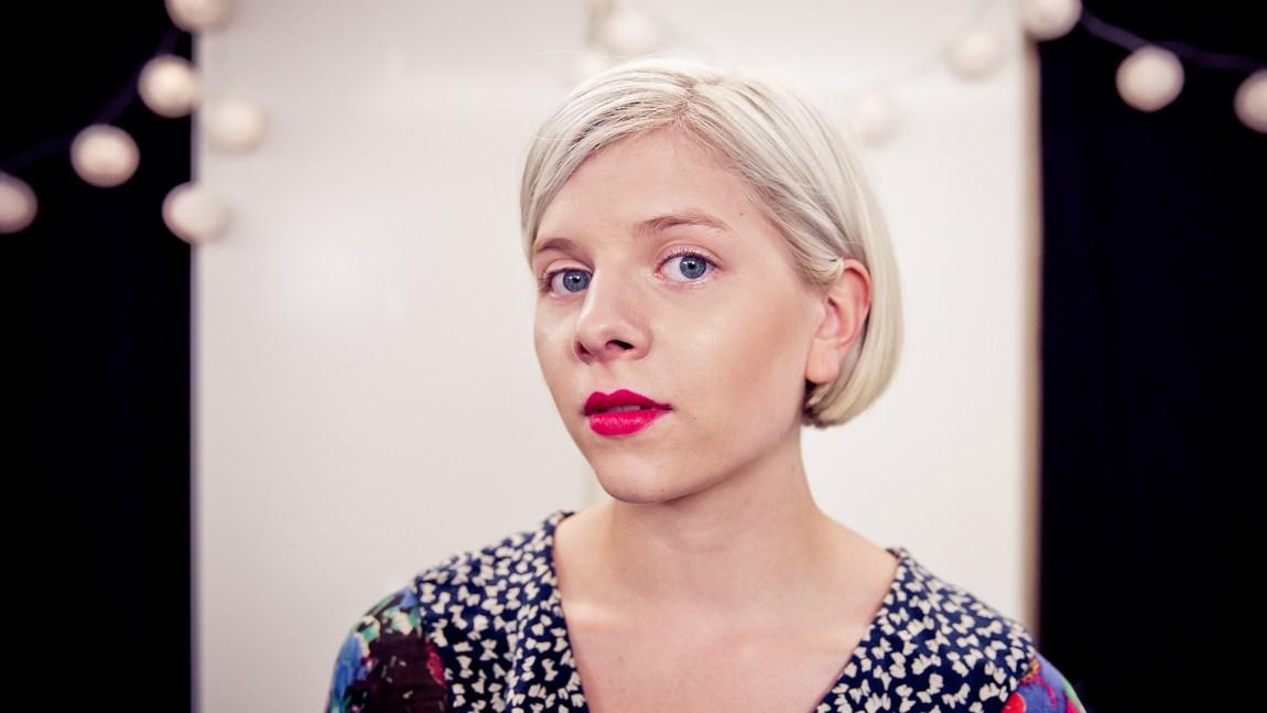 Aurora Aksnes backstage under Øyafestivalen 2014. (Foto: Tom Øverlie, NRK P3)