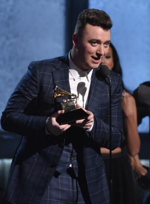"""Sam Smith mottar prisen for """"årets sang"""" under Grammy Awards 2015. (Foto: NTB Scanpix, John Shearer)"""